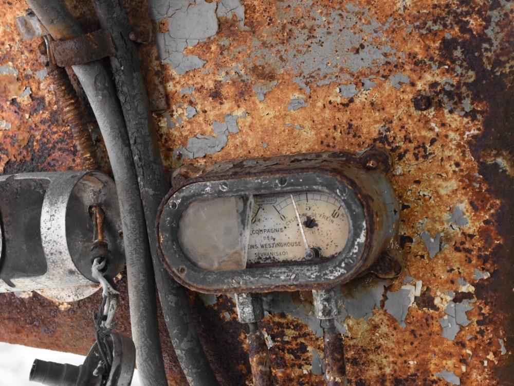 Altes Messgerät in einem verrosteten Waggon
