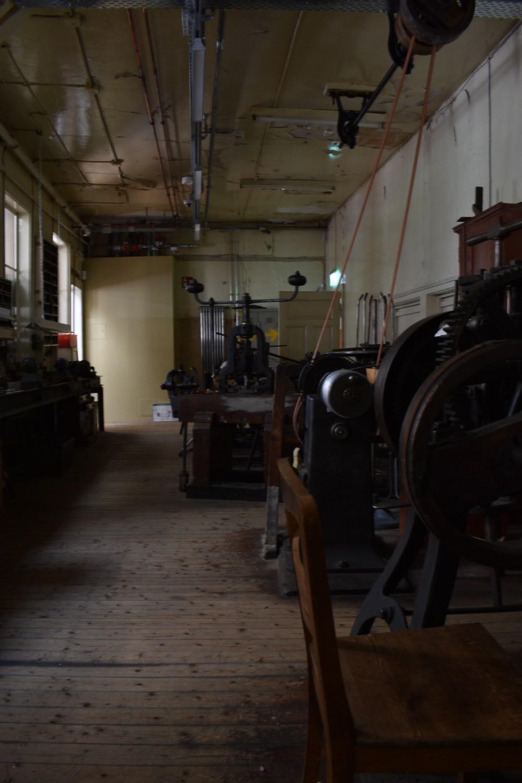 Holzstuhl vor einer der Maschinen