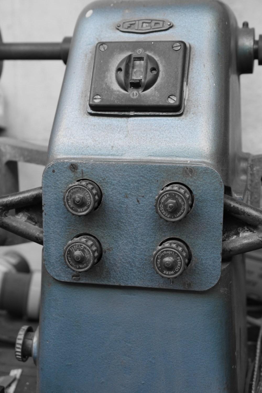 Blaues Gerät, mit selektiver Farbe fotografiert
