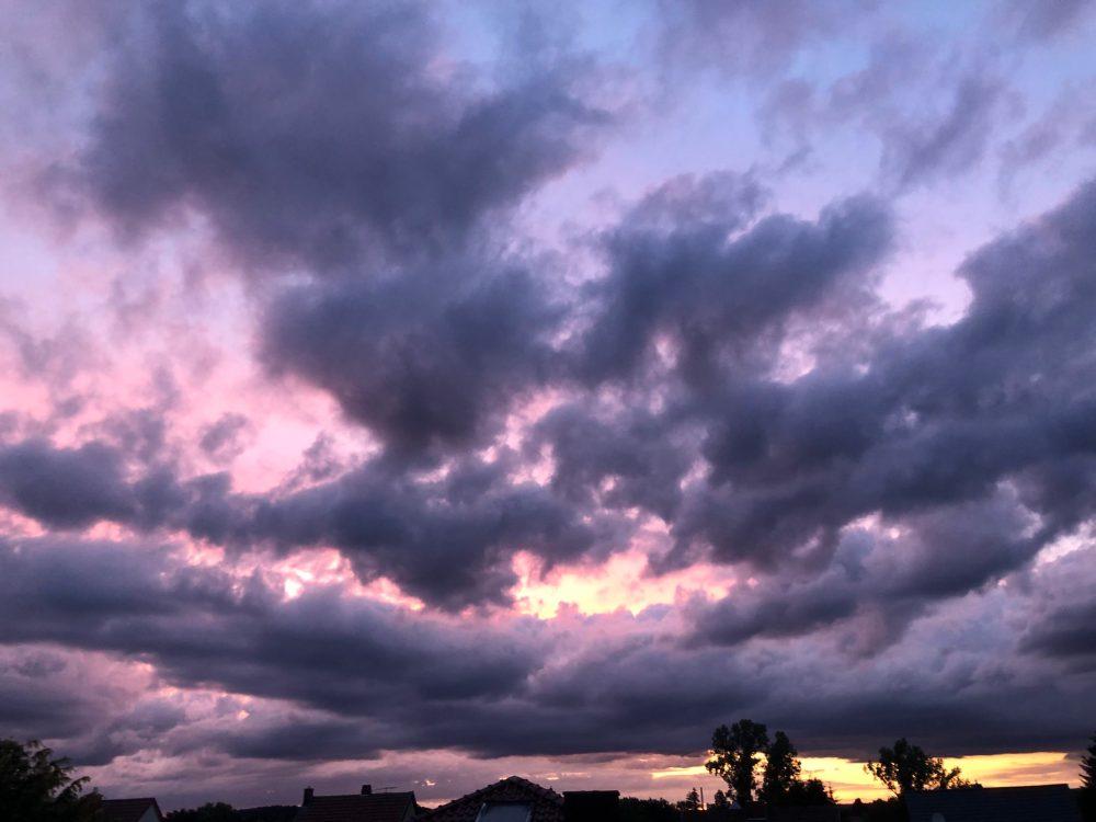 Lila Wolkenmeer während dem Sonnenuntergang