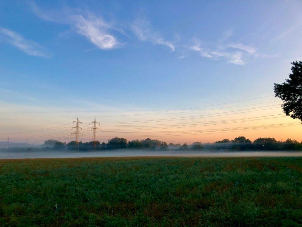 Nebelige Landschaft während dem Sonnenaufgang