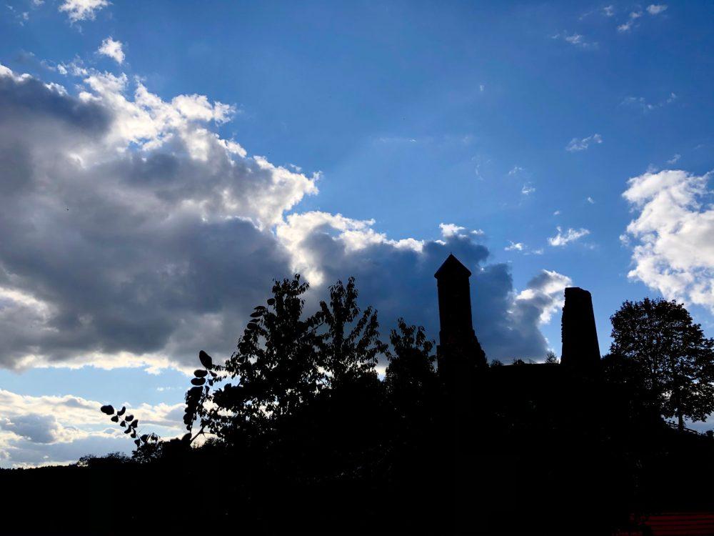 Silhouette der Burgruine vor wolkigem Himmel