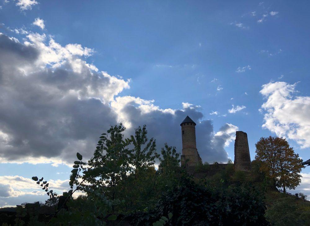 Kirkeler Burgruine von weitem fotografiert
