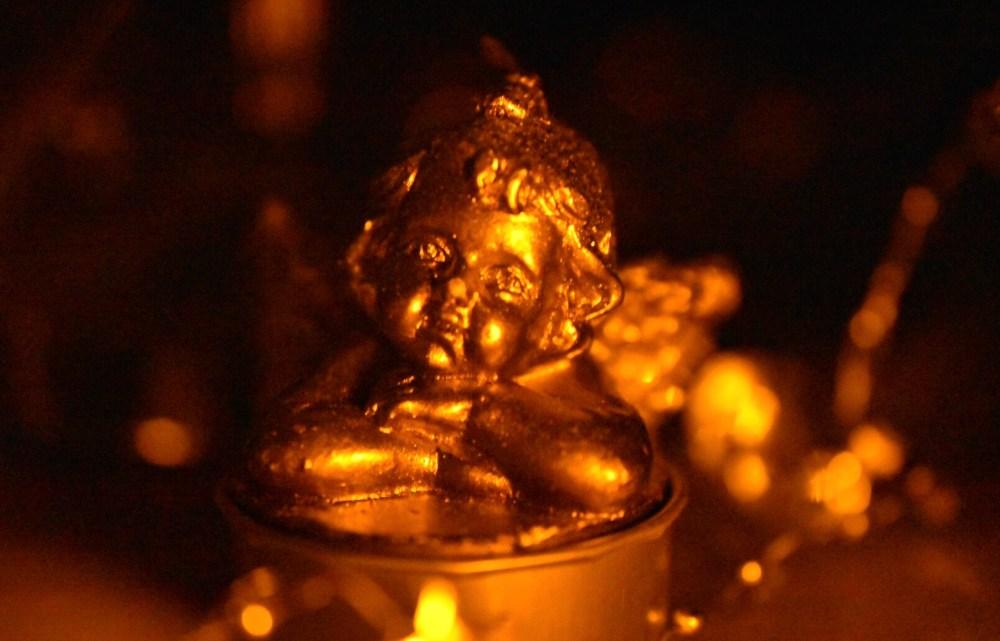 Weihnachtliches Stillleben mit Engel im Kerzenschein