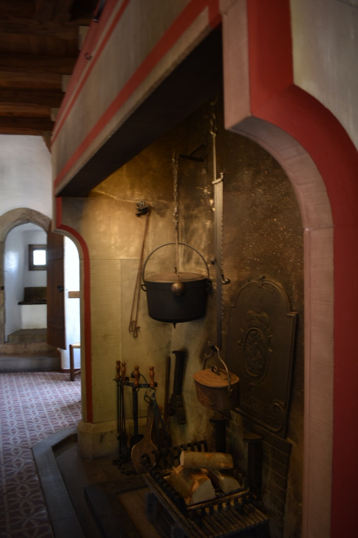 Kochstelle mit Toilette im Hintergrund