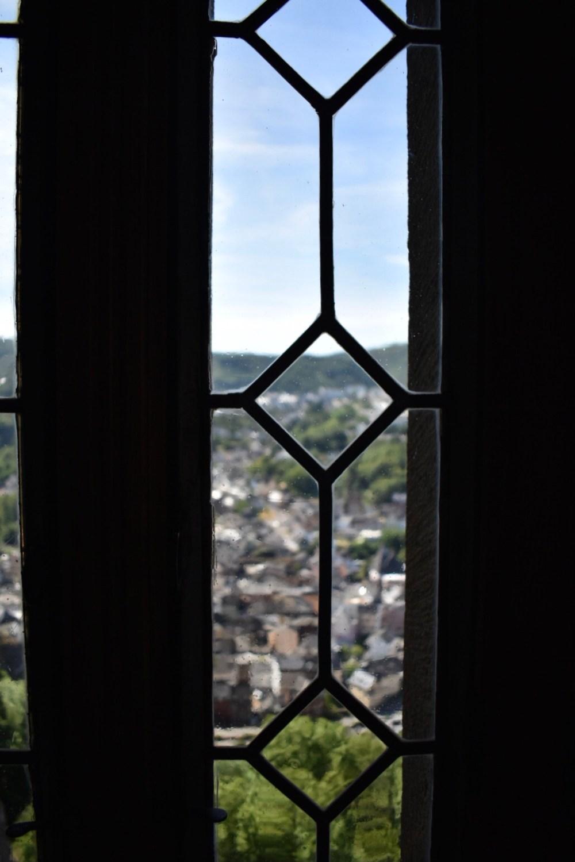 Ausblick durch ein Fenster der Schloss Oberstein in Idar-Oberstein