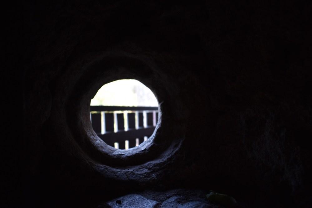 Blick durch ein Loch nach draußen