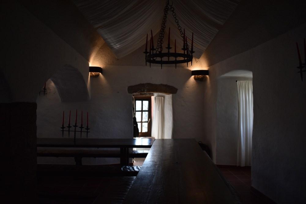 Raum mit Kronleuchter und weißen Vorhängen