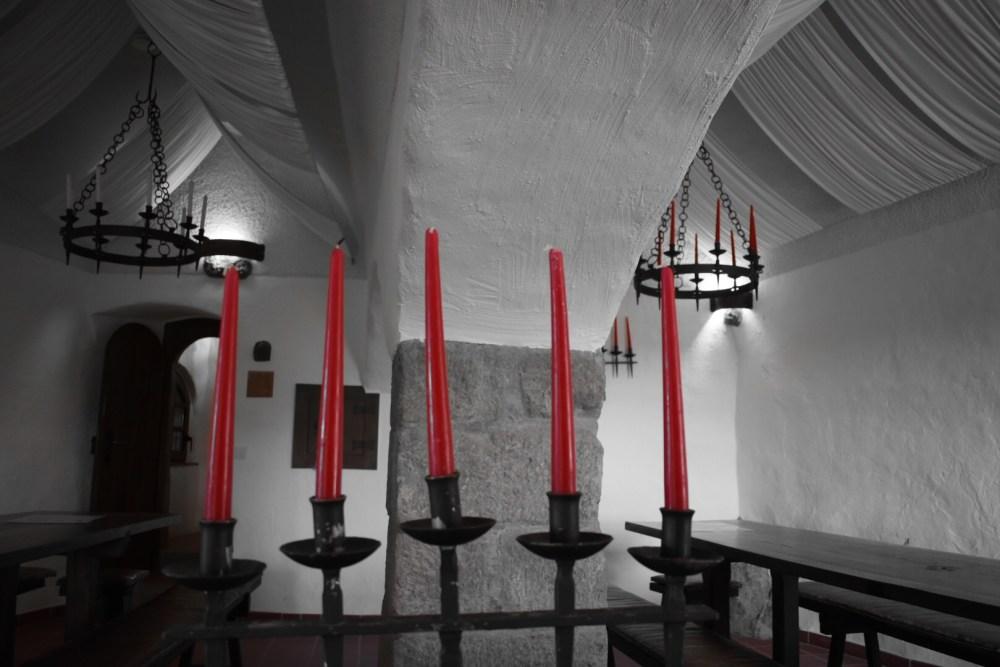 Rote Kerzen im mittelalterlichem Zimmer