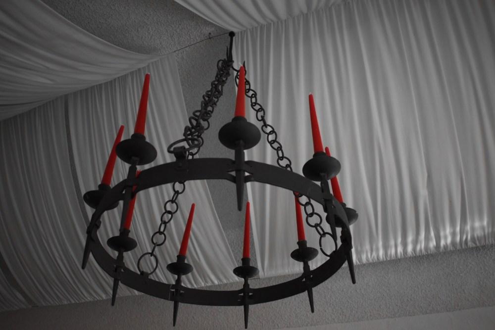Kronleuchter mit roten Kerzen