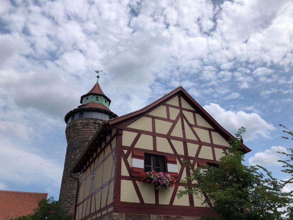 Turm hinter dem Fachwerkhaus