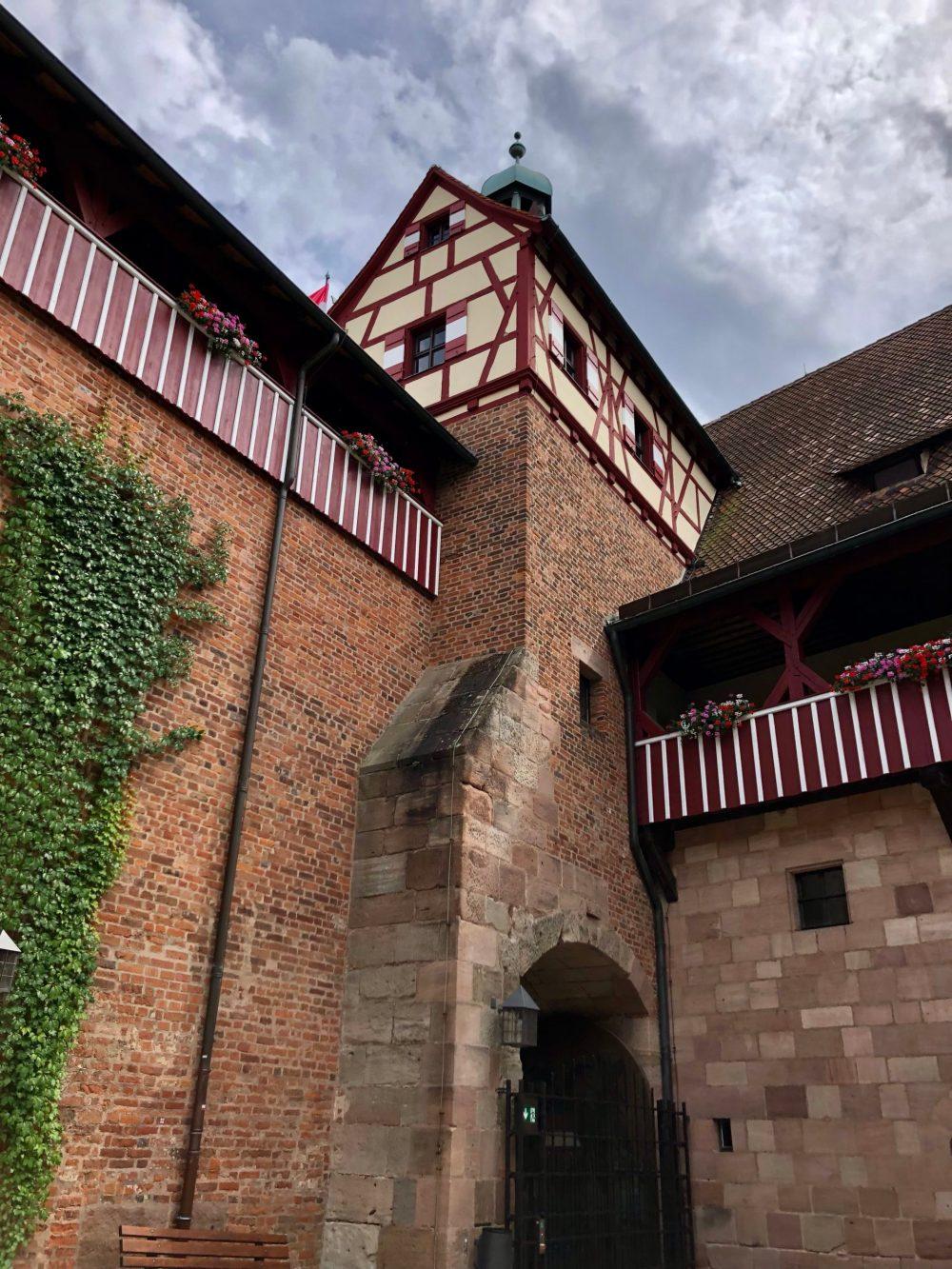 Blick vom Burghof auf die Burgmauern