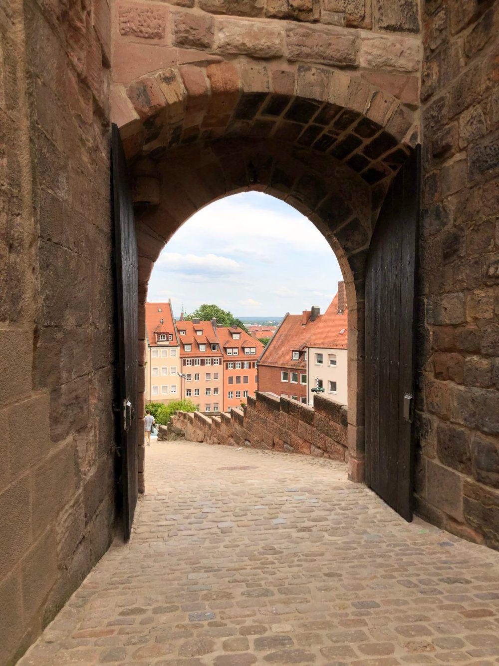 Blick durchs Burgtor