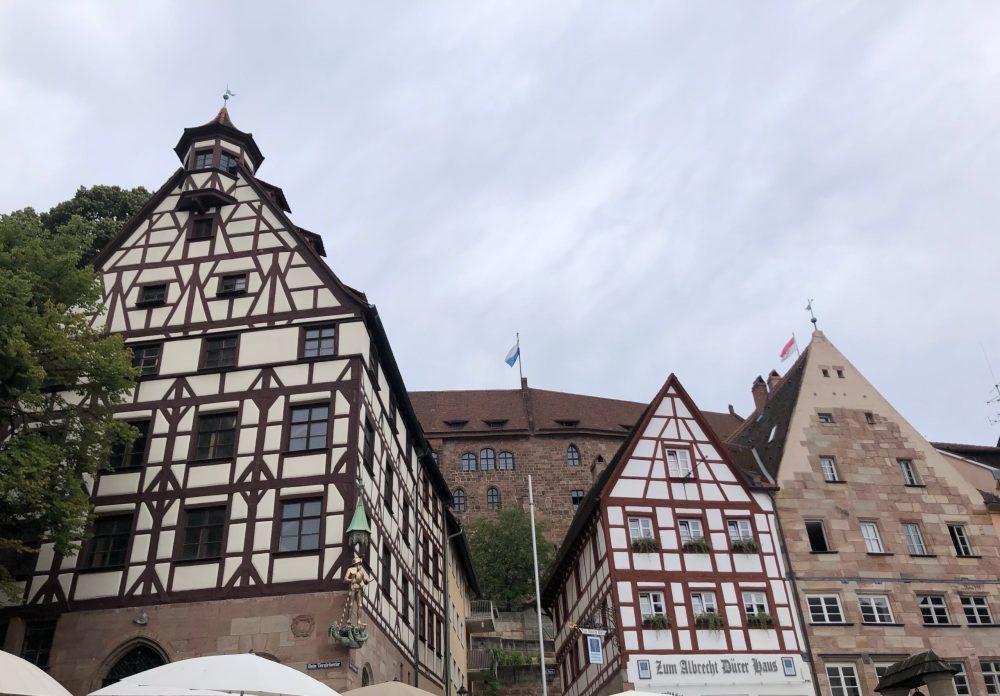 Pilatushaus links unter der Kaiserburg in Nürnberg