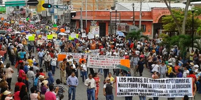 Miles de padres de familia y organizaciones sociales realizan marcha en Tuxtla Gutiérrez vs reforma educativa.