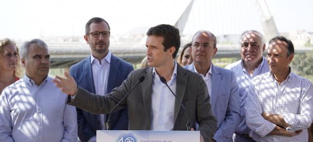 Pablo Casado atiende a los medios de comunicación en Mérida.