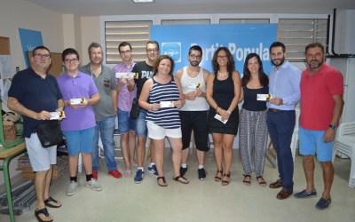 Els regidors del PP de Tavernes de la Valldigna han entregat les entrades per al concert d'Antonio Orozco
