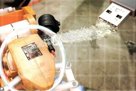 Digitale Nachrüstbox integriert existierende Maschinen in moderne Fertigungsanlagen
