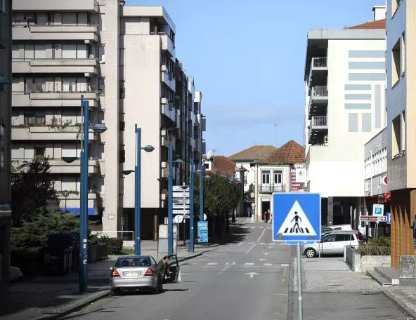 Lojas com porta aberta para a rua, com área superior a 400 m2, abrem ao público na segunda-feira