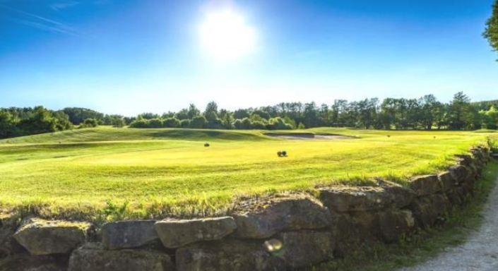 Blick mit Sonnenschein über den achten Abschlag im Golfclub Praforst