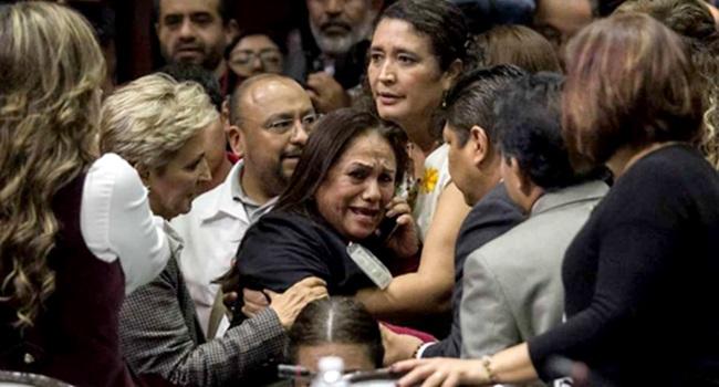 Imagens de deputada recebendo a notícia da morte da filha ganharam o mundo — Folha Diferenciada