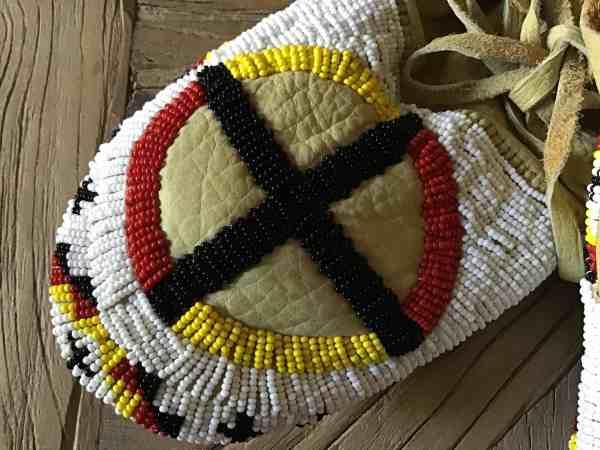 , Louis Martinez (Oglala-Lakota) – Beaded Moccasins mit Medizinrad
