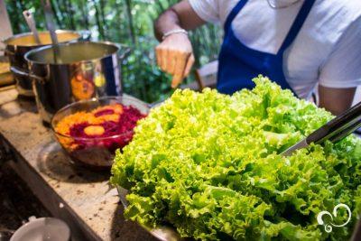 Uma bela salada no almoço durante o retiro no Prana Prana