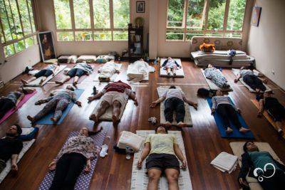 Participantes relaxando após aula de Yoga durante retiro no Prana Prana