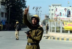 कश्मीर में प्रतिबंध जारी, जनजीवन अब भी बाधित