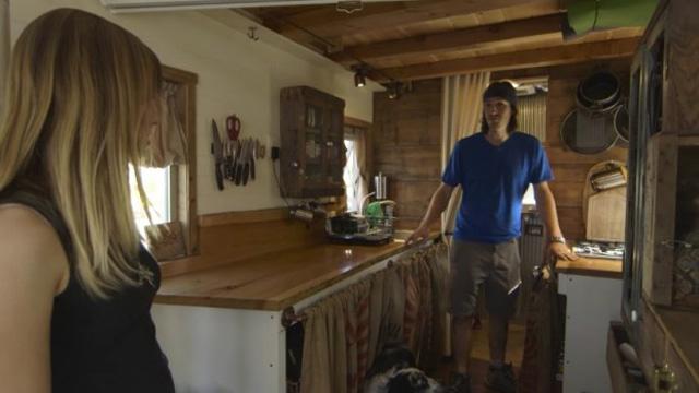 Alternatives leben mini haus auf r dern video pravda for Mobiles minihaus
