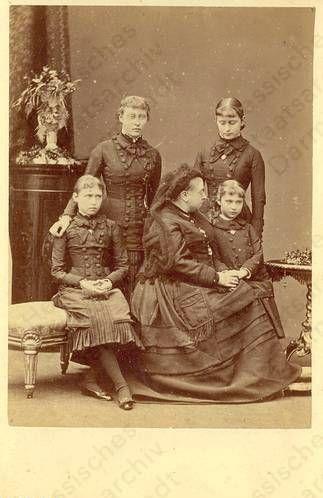 Элла и Алекс со своей бабушкой, королевой Викторией