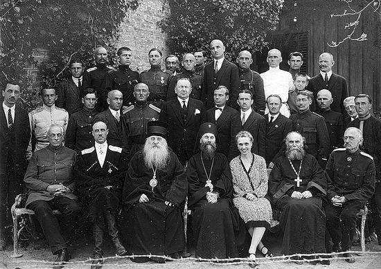 Группа русских эмигрантов. Второй слева - генерал Врангель, третий слева - Митрополит Антоний (Храповицкий)