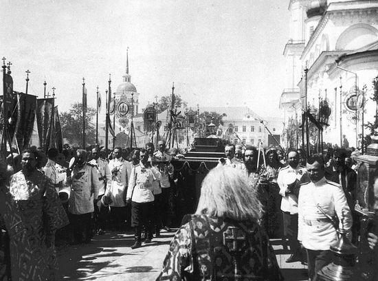 Император Николай II с членами Августейшей фамилии несут мощи прп. Серафима