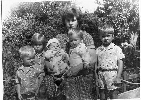 Надежда Осјак са петоро деце. 1986. г.