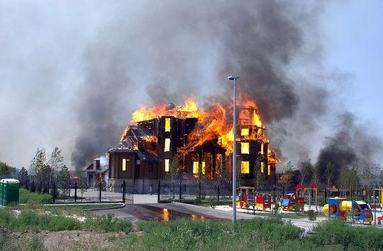 Донбас. Горловка после артиљеријске паљбе са стране украjинске воjcке 7. августа 2014. г. Благовештењски храм у пламену.