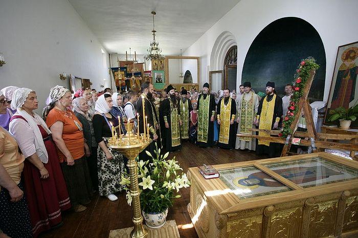 Молебен перед ракой прп. Иринарха Затворника. Фото: Василий Нестеренко