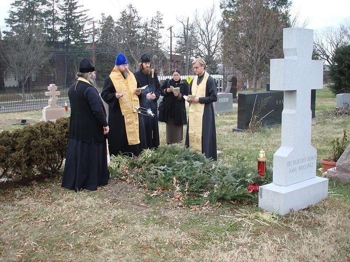 Metropolitan Jonah celebrates a service for repose of Bishop Basil (Rodzianko) at his grave.