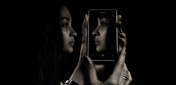 acceptance facts smartphone face 300x145 - Die 7 Grundsätze der Achtsamkeit - #6 Akzeptanz