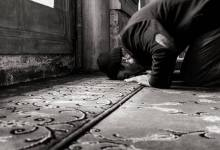 A man prostrates to Allah - What Are the Benefits of the Daily Prayers