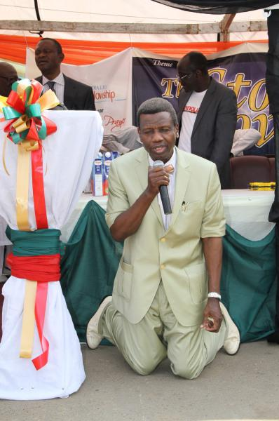 pastor enoch adeboye kneels in prayer