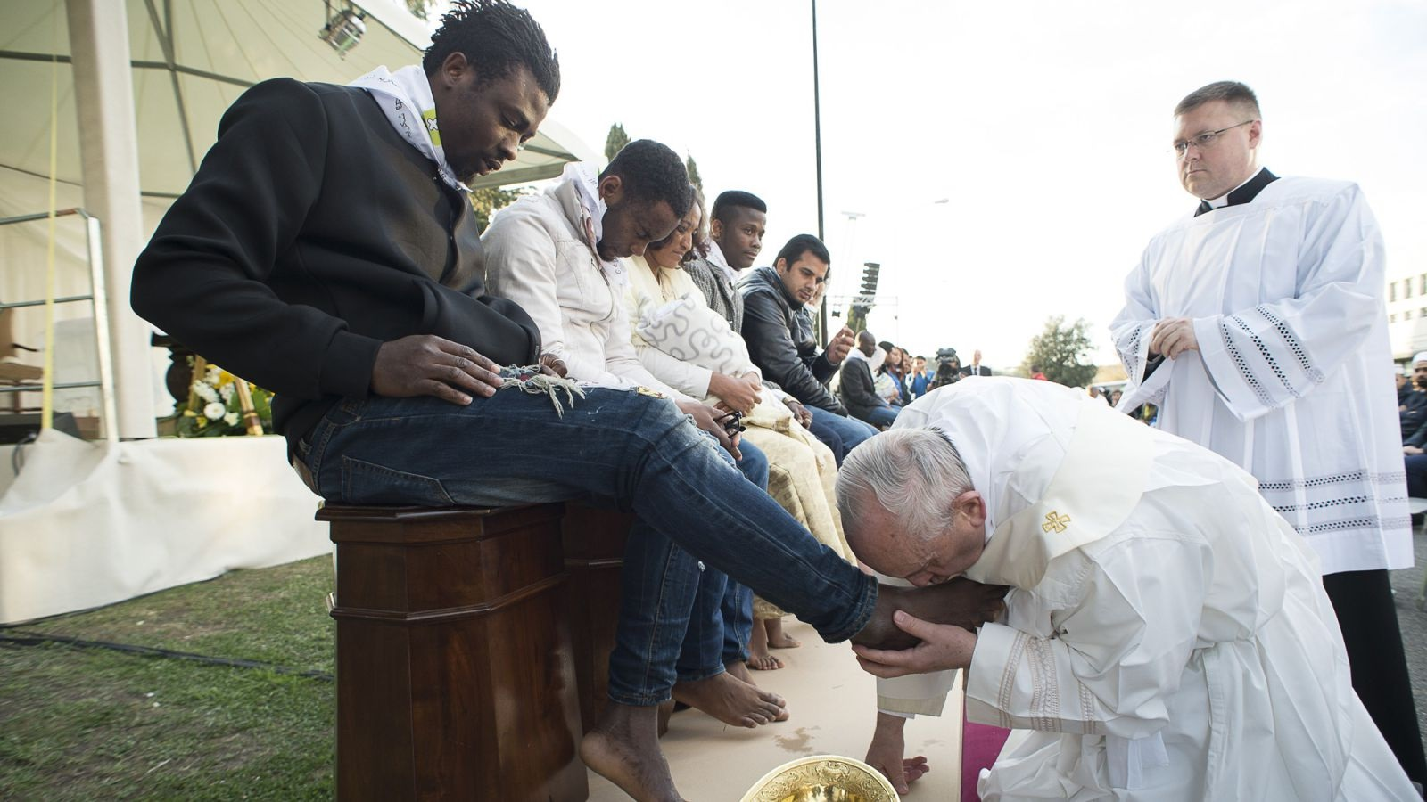 Pope Francis Washes and Feet of Moslems, Hindus and Christian migrants