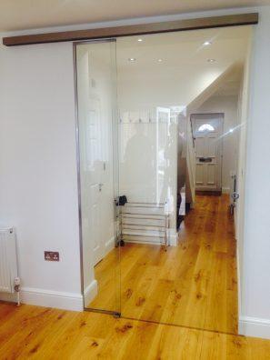 Internal frameless sliding door with fixed panel