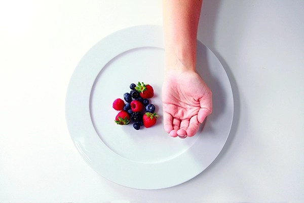 Precision Nutrition Palm Sized Portions Berries Example Female Forget calorie counting: Try this calorie control guide for men and women