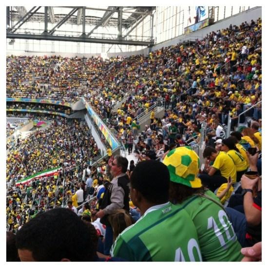 Esse casal nigeriano no meio da multidão de brasileiros