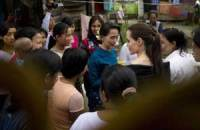 HISTORIC MEET National League for Democracy chairperson Aung San Suu Kyi (center) and US actress and UN High Commissioner for Refugees (UNHCR) Goodwill Ambassador Angelina Jolie (center, right) meet with women factory workers at a hostel in Hlaing Thar Yar Township in Yangon on Saturday. AFP PHOTO