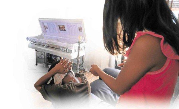 AT THE wake of suspected drug lord Rowen Secretaria in Banacon Island, Genafe town in Bohol province, a girl, who saw the police raid on Secretaria's house, demonstrates how law enforcers shot Secretaria. TONEE DESPOJO/CEBU DAILY NEWS