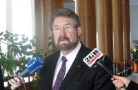 AUSTRALIA. Australian independent Senator Derryn Hinch holds a press conference in Parliament House in Canberra, Australia Tuesday, May 30, 2017. (AP)  Read more: http://www.sunstar.com.ph/network/news/2017/05/30/australia-plans-ban-pedophiles-traveling-overseas-544700 Follow us: @sunstaronline on Twitter | SunStar Philippines on Facebook