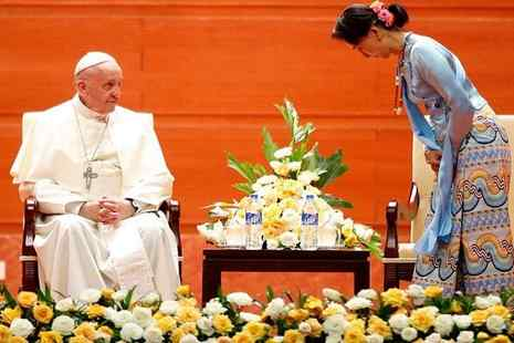 Aung San Suu Kyi bows to Pope Francis on Tuesday during his visit to Myanmar. / Mustafa G Avsar / flickr