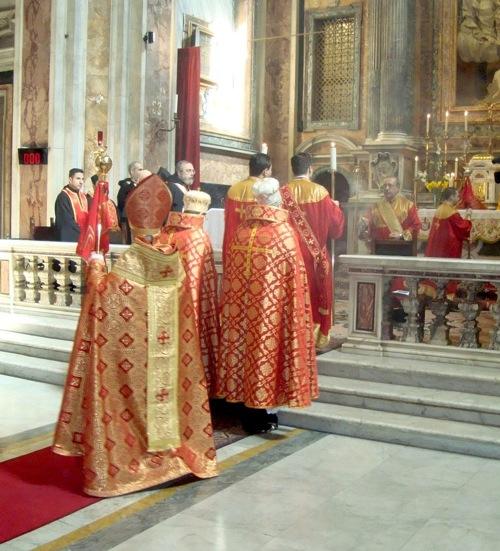 Liturgia armenia. Nótesen las mitras de los obispos y las de los sacerdotes.