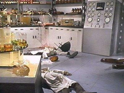Bajo una escotilla se esconde un avanzado b煤nker Maya. En la imagen tres de los protagonistas duermen en el suelo despu茅s de causar desperfectos en el mobiliario.